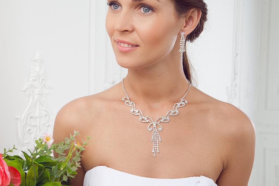 мнение, как подобрать украшение к свадебному платью фото действие происходит